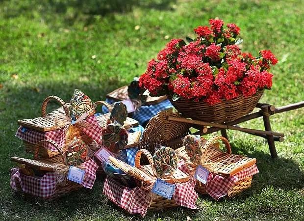 As lembrancinhas são pequenas cestas de vime com suco, bolacha e salgadinho, R$ 33 cada na Kits and Cards. Ficam agrupadas no jardim, perto do carrinho de cipó, R$ 45 no Depósito Kariri, com flores artificiais, R$ 48 o maço na Futon&Home. Pelo menos até o (Foto: Rogério Voltan)