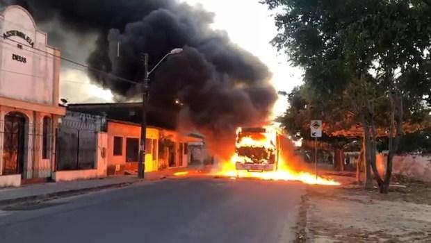 Ceará tem ônibus e carros incendiados em onda de ataque que ocorre desde o fim de semana — Foto: TV Verdes Mares/Reprodução