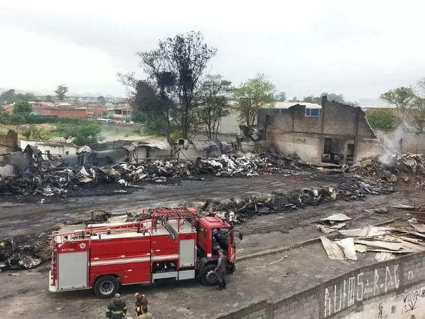 Bombeiros trabalham no rescaldo em Itaquaquecetuba (Foto: William Tanida/TV Diário)