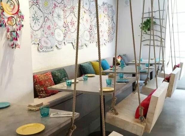 Esse restaurante eliminou as cadeiras e colocou balanços e sofás (Foto: Pinterest/ Reprodução)