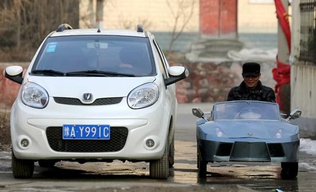 Veículo de 2 m de comprimento de 1 m de altura alcança até 60 km/h se todas as suas 5 baterias estiverem carregadas (Foto: China Daily/Reuters)
