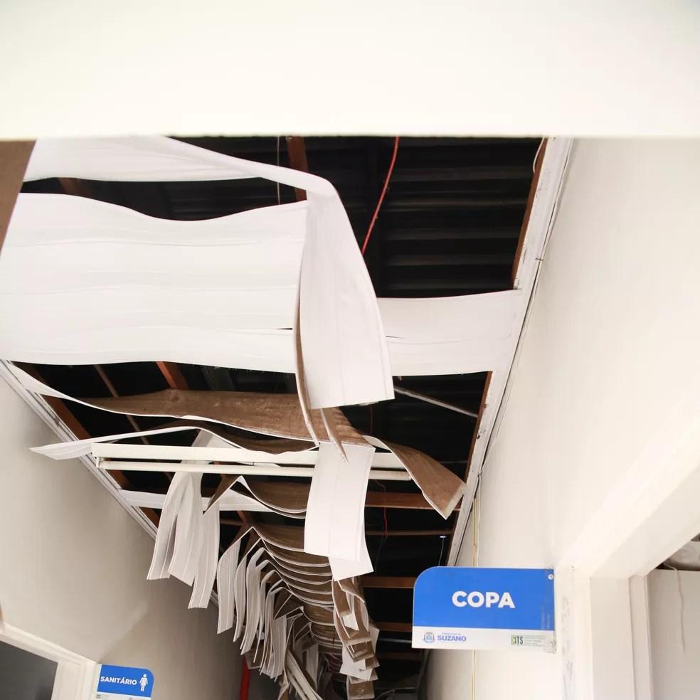 Chamas danificaram forro de Unidade de Saúde da Família do Miguel Badra, em Suzano (Foto: Reprodução/TV Diário)