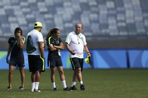 Vadão ao lado de Marta em treino da seleção feminina  — Foto: Reuters