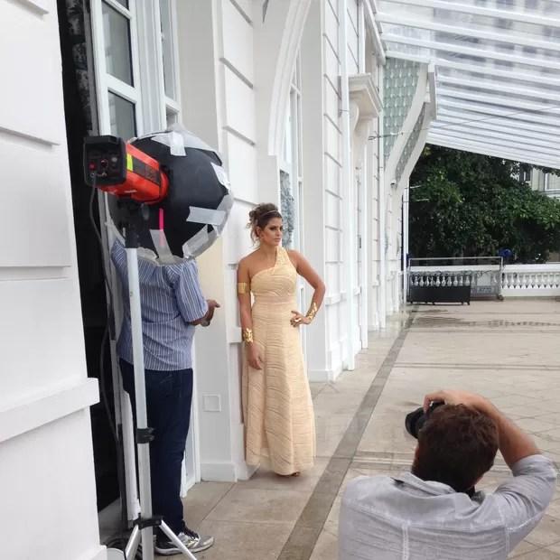 Making of do ensaio de Mari, vestida de grega, no hotel (Foto: Divulgação)