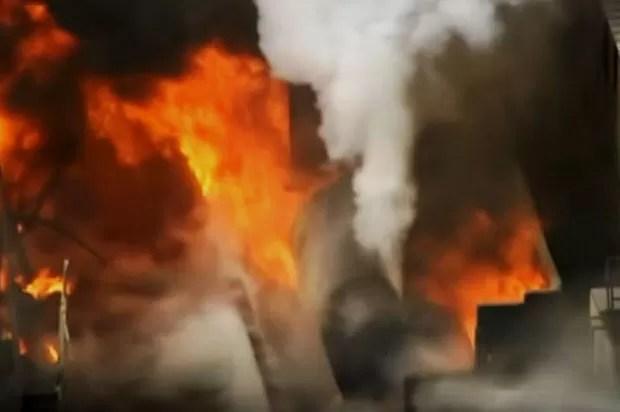Incêndio atingiu fábrica em Phoenix, nos EUA (Foto: Reprodução/G1)