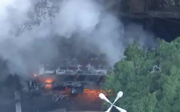 Bombeiros atuam no comate ao fogo (Foto: Reprodução / TV Globo)