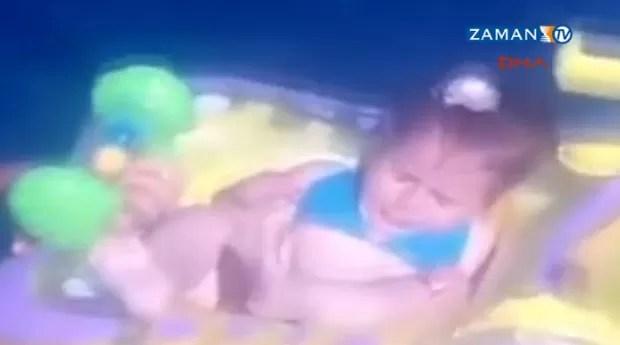 Pais esqueceram que haviam deixado bebê em brinquedo inflável (Foto: Reprodução/Zaman TV)