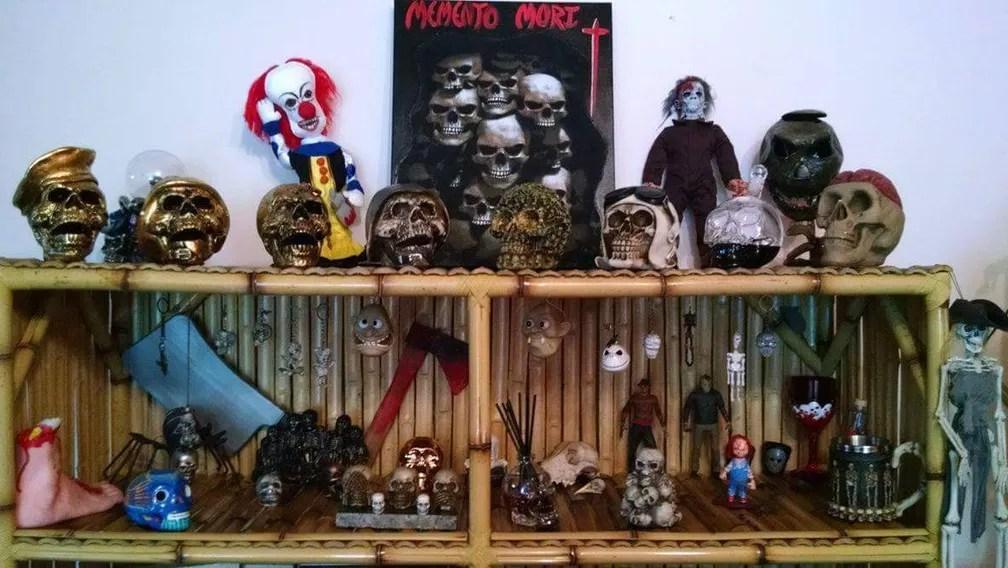 Padre tem coleção de caveiras e alguns personagens de filmes de terror (Foto: Felipe Augusto Bracher/Arquivo pessoal)