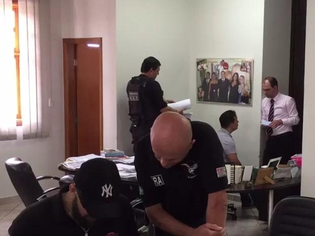 Policiais cumpriram mandados no escitório do vereador, sentado ao fundo  (Foto: Eduardo Fonseca/TV TEM)