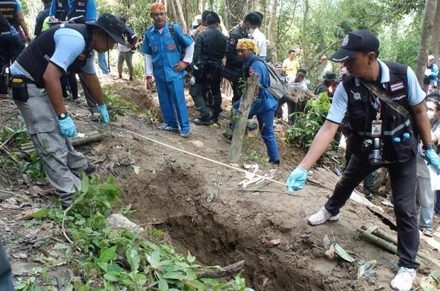 Tailândia exumou 26 corpos de cemitério clandestino de imigrantes (Foto: Sumeth Panpetch/AP)
