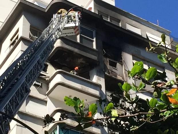 Apartamento ficou destruído pelo fogo, segundo bombeiros (Foto: Fernanda Rouvenat / G1)
