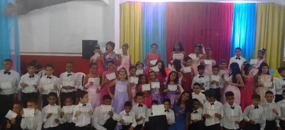 Alunos da Escola Municipal Domingos Mafrense mostram seus diplomas. (Foto: Andressa Martins/ Arquivo pessoal)