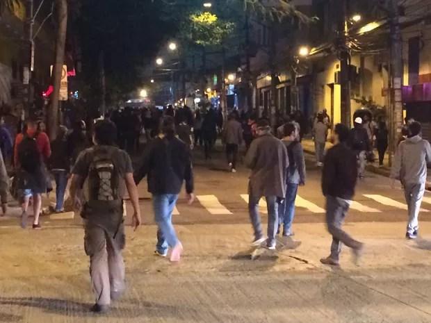 Manifestantes seguem pela Rua Cardeal Arcoverde, em Pinheiros, em ato contra Temer (Foto: Glauco Araújo/G1)