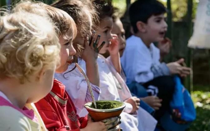 Criança toma chimarrão no Sul do Brasil. As tradições populares têm conexões com a natureza (Foto: Joel Reichert - Divulgação Instituto Alana)