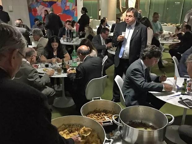 Em meio à sessão, deputados se serviram no buffet de comida mineira servida no cafezinho anexo ao plenário (Foto: Gustavo Garcia / G1)