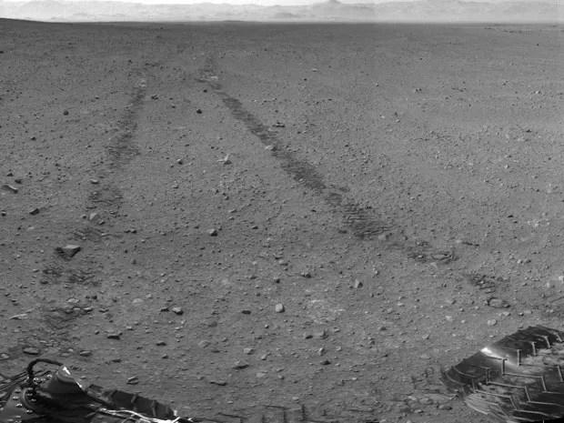 Rastro do Curiosity em Marte, registrado pelo próprio robô (Foto: Nasa/JPL-Caltech)