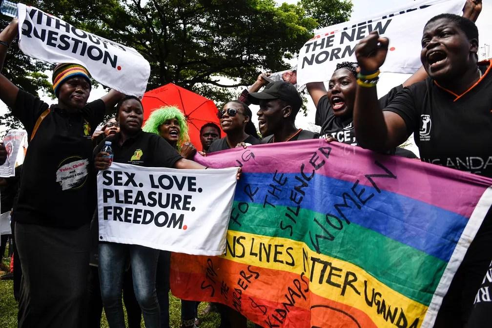 Manifestantes pedem fim de uma onda de assassinatos e sequestros de mulheres em Uganda (Foto: Isaac Kasamani / AFP)