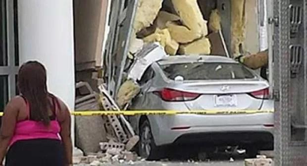 Mulher nua bateu carro e destruiu entrada de loja nos EUA (Foto: Reprodução/Twitter/Charlie Hunter)
