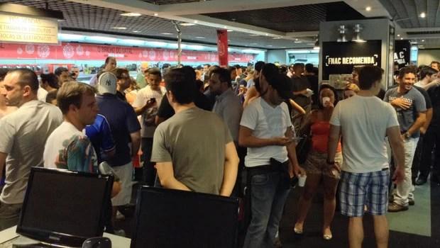 Fila para comprar o novo Xbox One pouco antes das 0h desta sexta-feira (22), na loja da Fnac, em São Paulo (Foto: Bruno Araujo/G1)