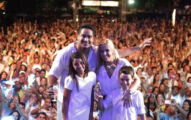 Xanddy reúne a família no palco durante show em noite de Réveillon (Foto: ELIELSON PITA / Divulgação)