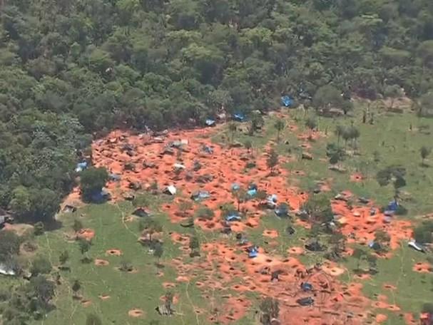 Imagem aérea feita em 2015 mostra primeiras invasões na Serra da Borda, em Pontes e Lacerda (Foto: Reprodução/TVCA)