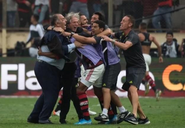 Jorge Jesus e membros da comissão técnica celebram título da Libertadores com Marcos Braz — Foto: Alexandre Vidal / Flamengo