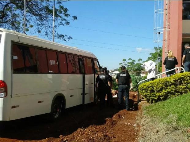 Presos são levados para a Penitenciária de Londrina  (Foto: Rodrigo Saviani / G1)