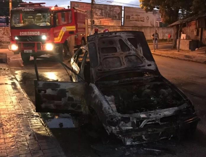 Carro fica destruído após pegar fogo na madrugada deste sábado (12) em bairro de Rio Branco (Foto: Divulgação/Corpo de Bombeiros)