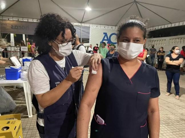 Miriam Torres foi do trabalho direto para o mutirão tomar a primeira dose da vacina contra a Covid-19 — Foto: Ana Paula Xavier/Rede Amazônica Acre