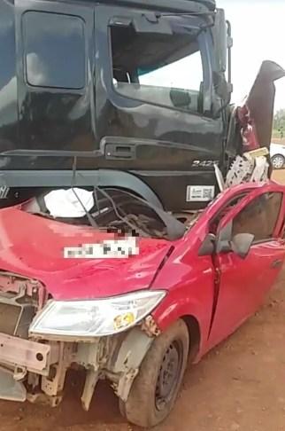 Caminhão destruiu carro de passeio em acidente na BR-010, no Maranhão — Foto: Divulgação/PRF