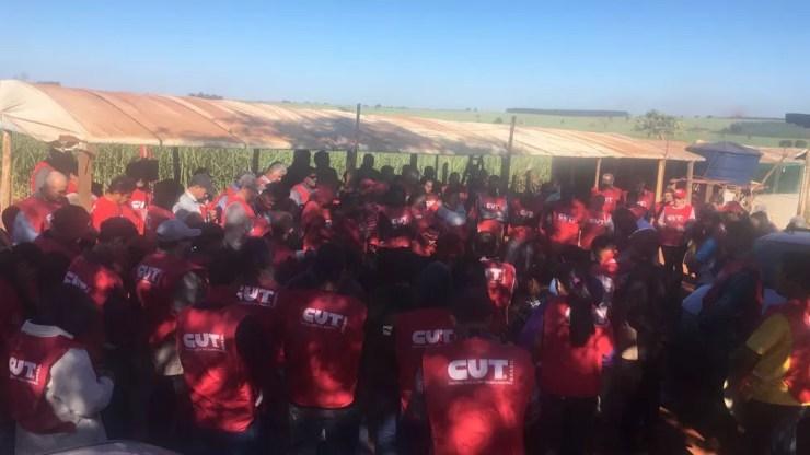 Cerca de 150 pessoas do Novo Movimento dos Trabalhadores Rurais sem Terra se reúnem para protestar em rodovia (Foto: Patrick Lima/TV TEM)