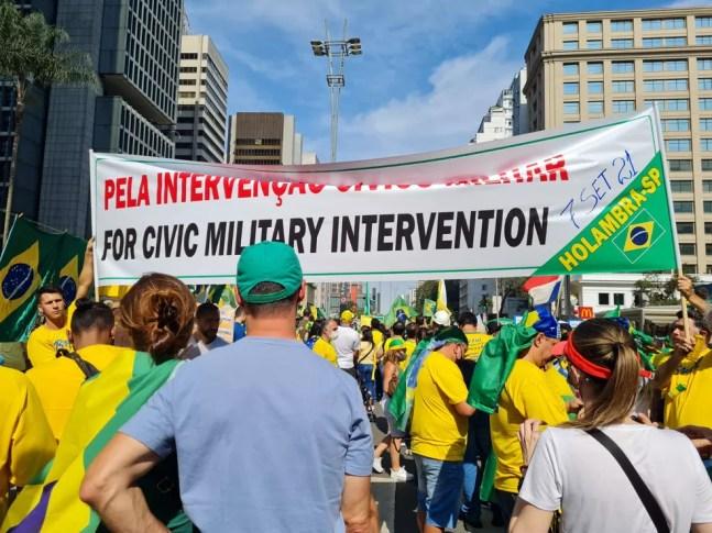 Faixa pede intervenção militar na Paulista — Foto: G1