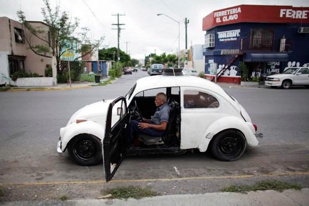 Mexicano mora há 10 anos em carro fabricado em 1967 (Foto: Daniel Becerril/Reuters)