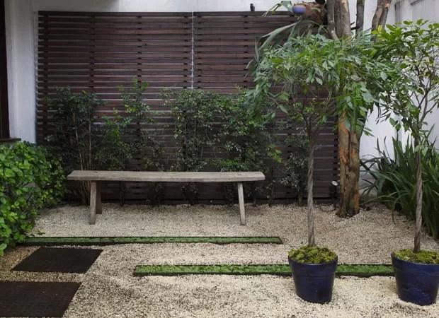 No jardim com viburno, murta, íris, fícus e até uma pitangueira, as caixas baixas de aço, da Firgal, chamam a atenção entre os pedriscos. A solução é perfeita para espaços pequenos, como varandas (Foto: Evelyn Müller)