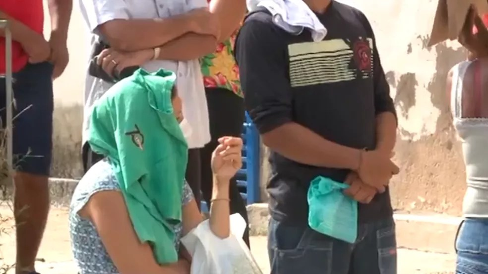 Beneficiários do auxílio emergencial enfrentam sol forte — Foto: TV Clube
