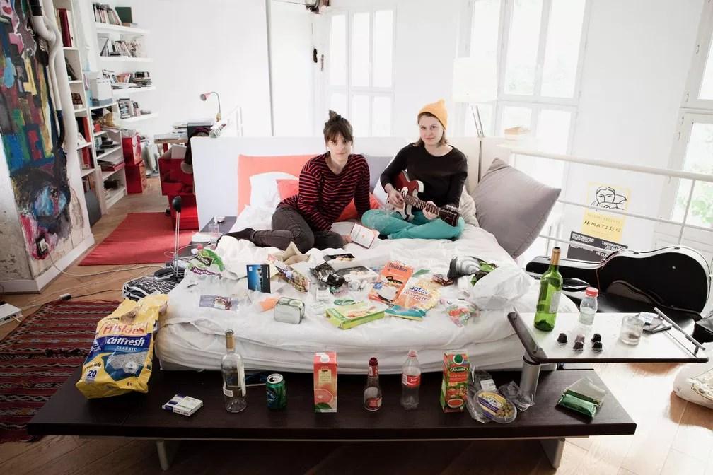 Mulheres clicadas pelo fotógrafo rodeadas pelo próprio lixo (Foto: Rafael Duarte/G1)