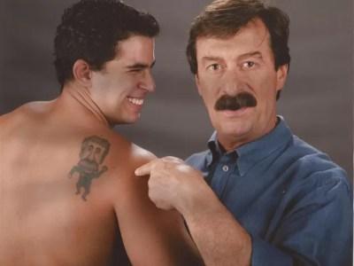 Pai e filho se divertem com desenho tatuado nas costas (Foto: Arquivo Pessoal)