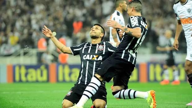 Petros comemora gol do Corinthians contra o Atlético-mg (Foto: Marcos Ribolli)
