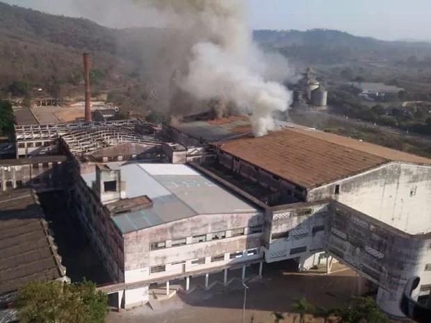 Material usado no revestimento da estrutura de prédio dificulta extinção de incêndio (Foto: Corpo de Bombeiros de Minas Gerais/Divulgação)