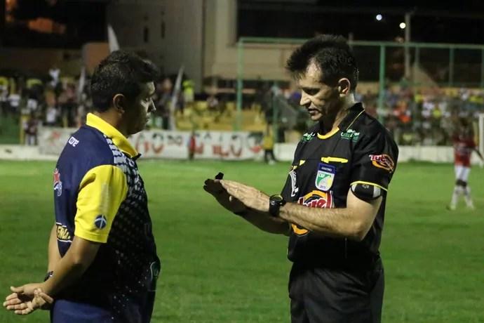 Árbitro Antônio Santos Nunes (Foto: Renan Morais)