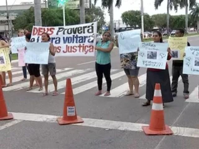 Parentes fizeram manisfestação por causa de menina desaparecida em Palmas (Foto: Reprodução/TV Anhanguera)