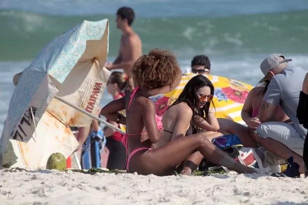 Bailarinas do Faustão como Ivi Pizzott e Gabriela Cardoso na praia (Foto: Wallace Barbosa / AgNews)