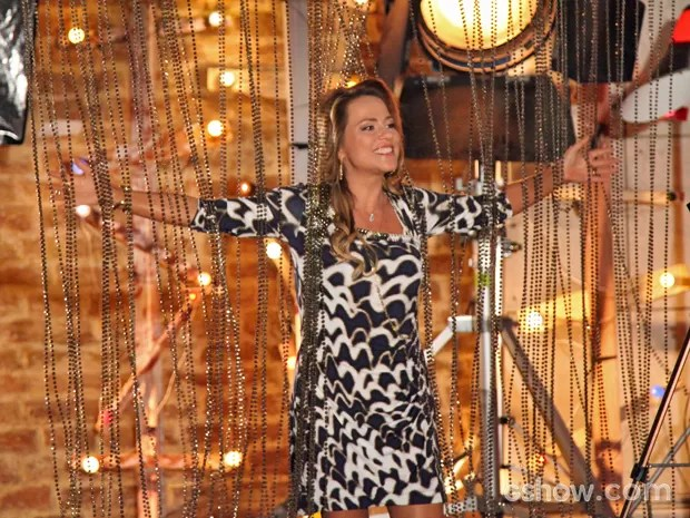 Shirley chega cheia de energia para ensaio com Marina (Foto: Carol Caminha/ TV Globo)