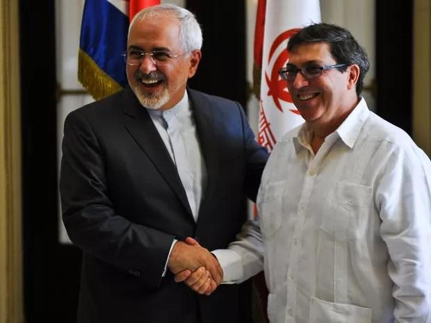 Os ministros de Relações Exteriores do Irã (esquerda), Mohammad Javad Zarif, e de Cuba, Bruno Rodriguez, se cumprimentam em Havana, na segunda (22) (Foto: Yamil Lage/AFP)