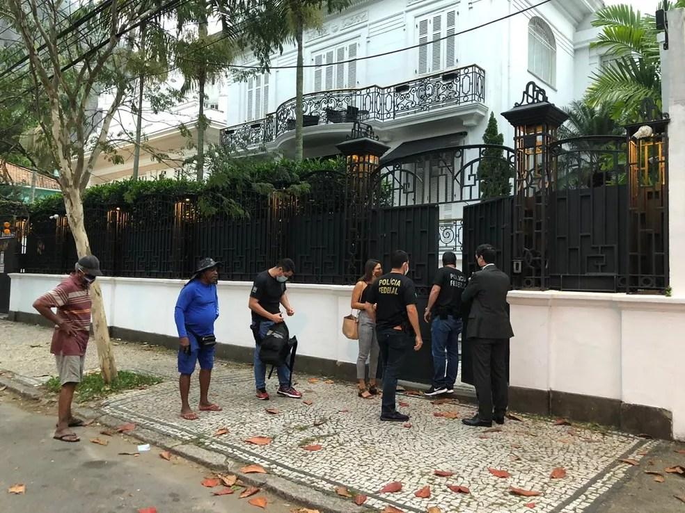 Agentes da Polícia Federal cumprem mandado na Rua Urbano Santos, na Urca — Foto: Reprodução
