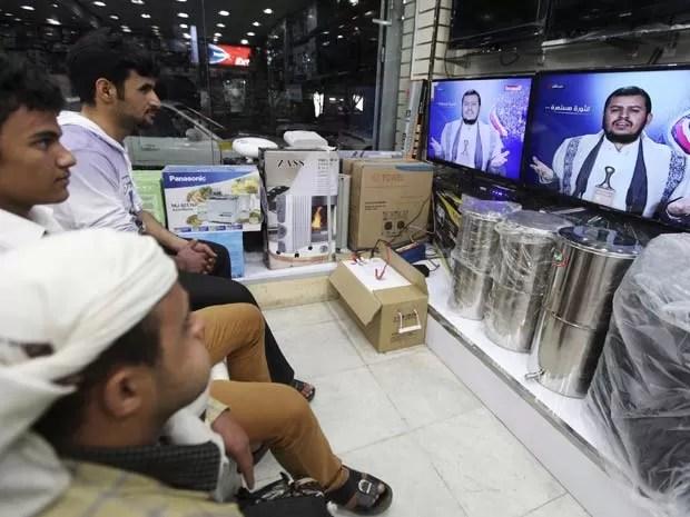 Iemitas assistem a discurso do líder houthi transmitido pela TV nesta terça-feira (30), depois que grupo tomou palácio presidencial  (Foto: REUTERS/Mohamed al-Sayaghi)