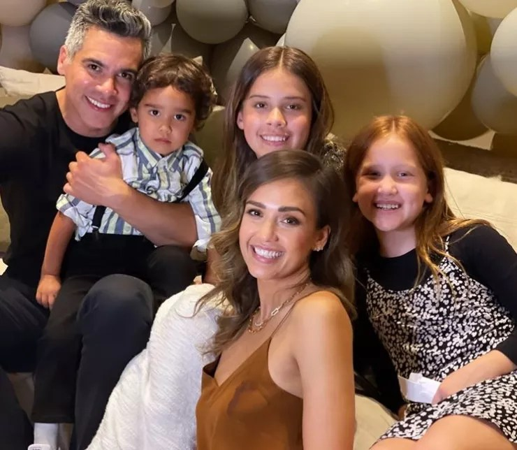 Jessica Alba with her husband, Cash Warren, and their children (Photo: Reproduction/Instagram)
