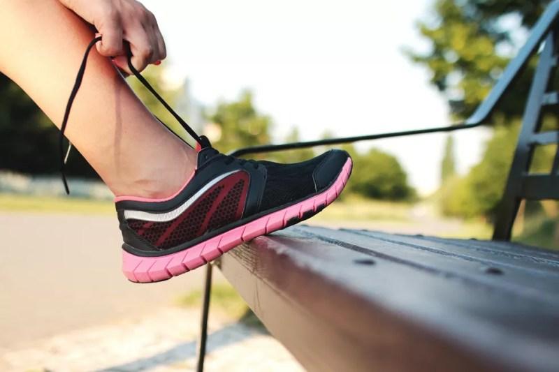 Foto mostra pessoa amarrando tênis esportivo com a ponta curvada para cima; pesquisadores de Harvard sugerem que bico virado 'para cima' pode levar a um enfraquecimento muscular no pé. — Foto: Pexels