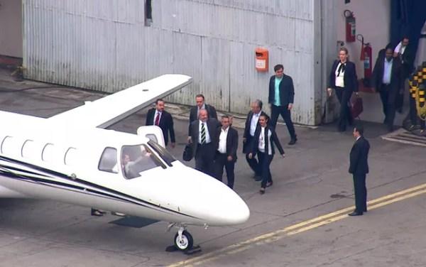 O ex-presidente Luiz Inácio Lula da Silva entra no avião que vai levá-lo a Curitiba (Foto: TV Globo/Reprodução)