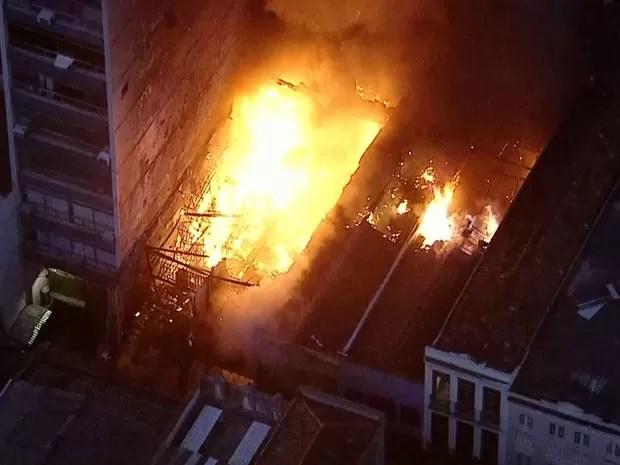 Fogo atinge imóveis no Centro do Rio (Foto: Reprodução / TV Globo)